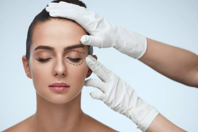 Woman with eyelids that are attractive about to have a treatment.
